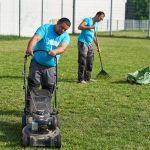 Mitarbeiter von LD-Hausbetreuung beim Rasenmähen und Laubrechen